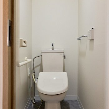 トイレは個室に。上に収納棚があります。