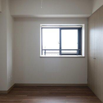【洋室】セミダブルベッドが入ります。