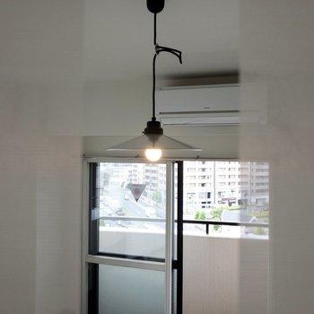 【LDK】ロールカーテンからレトロな照明を覗いてみました。趣がありますね。