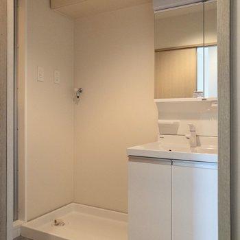 脱衣所へ。洗面台と洗濯機置き場はここに。
