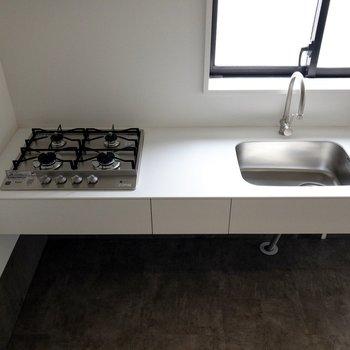 【LDK】4口コンロです。調理スペースもしっかりと。