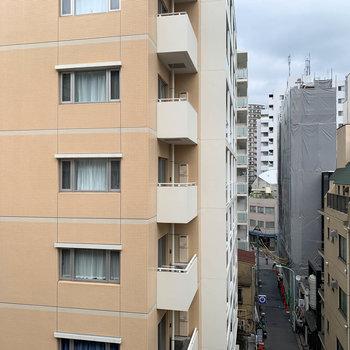 眺望は向かいのビルです。