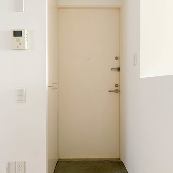 玄関はLDKから繋がっています。