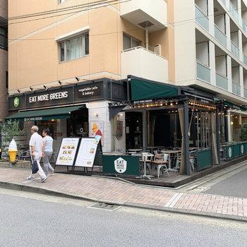 マンションの向かいにカフェ。