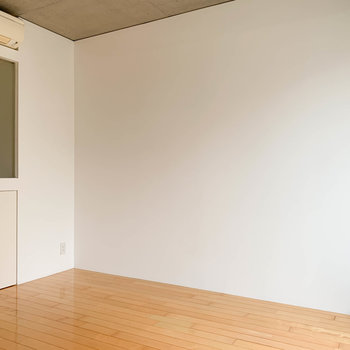 【room8.1帖】こちらの壁はシンプル。家具配置がしやすそう。