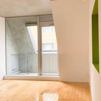 【room8.1帖】まずは奥の空間から。コンクリ打ちっ放しの天井が印象的。