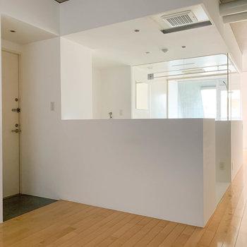 【LDK10帖】窓側から見ると。キッチンなど水回りが真ん中に。