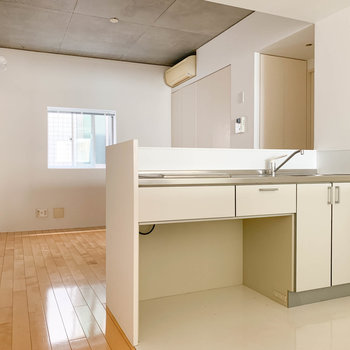 【LDK10帖】キッチンを通り過ぎるとリビングへ。