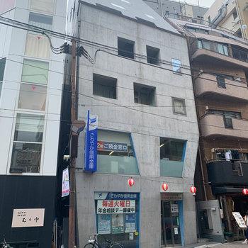 1階に銀行が入った、打ちっ放しのマンション
