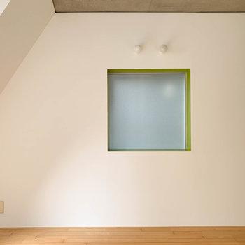【room8.1帖】右手にはスモークガラスの窓。フレームの緑がアクセント。