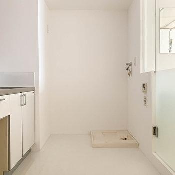 ゆったり目のキッチン。奥に洗濯機置き場があります。