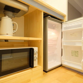 下部にはケトル、オーブンレンジ、冷蔵庫を完備