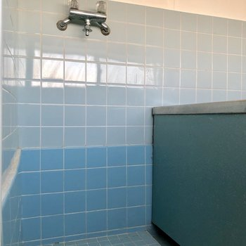洗濯機置場はお風呂内に。水濡れ対策をしておきましょう※写真は通電前のものです