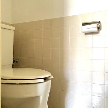 トイレはキッチン横にあります。このレトロ感がまたいいですね※写真は通電前のものです