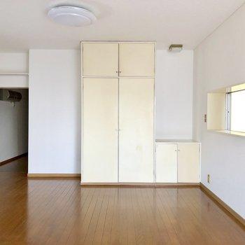 【洋室】バルコニー側から。右の収納棚上に小物や雑貨が置けそうです※写真は通電前のものです