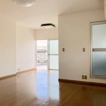 【洋室】お部屋は奥行きがあります※写真は通電前のものです
