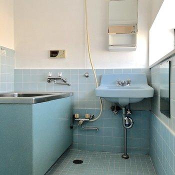 ブルーのタイルが鮮やかなお風呂です。ここもレトロ感がありますね※写真は通電前のものです