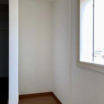 冷蔵庫は玄関から入って正面に置けます※写真は通電前のものです