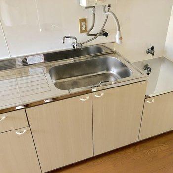 2口コンロ設置可のキッチン。調理スペースもしっかり確保されています※写真は通電前のものです