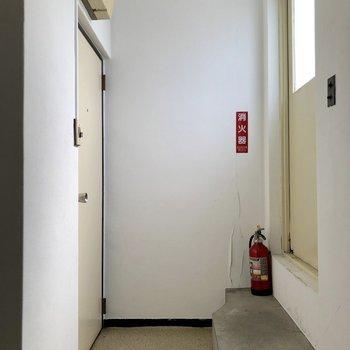 お部屋は最上階の左のドアから