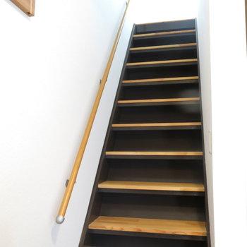 玄関前の階段でお二階へどうぞ~※写真は反転間取り、別部屋のもの