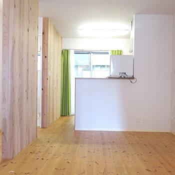 木のぬくもりが感じられるあったかいお部屋。※写真は反転間取り、別部屋のもの