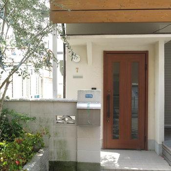 玄関のナンバープレートがかわいい♪※写真は反転間取り、別部屋のもの