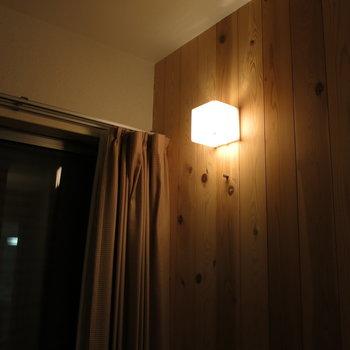 シャッター閉め切っても優しい灯りが照らしてくれる、、、※写真は反転間取り、別部屋のもの