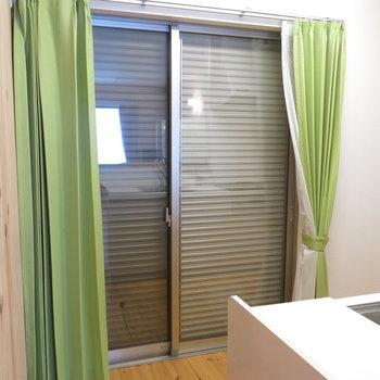 キッチン横にも大きな窓あります(シャッター付きで防犯良し◎)※写真は反転間取り、別部屋のもの