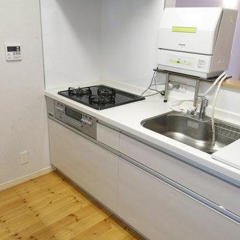 三口ガスシステムキッチン、広さ十分。※写真は反転間取り、別部屋のもの
