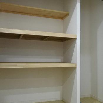 廊下にこんなに大きな収納。掃除道具と、アウトドア用品はここかな。(※写真は2階の同間取り別部屋、モデルルームのものです)