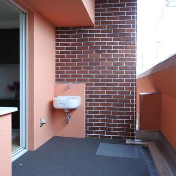 バルコニーに水道が付いているのが嬉しい!!家庭菜園したくなる〜!(※写真は2階の同間取り別部屋、モデルルームのものです)
