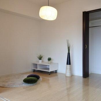 リビング横の寝室はあけはなって使うととっても広々。(※写真は2階の同間取り別部屋、モデルルームのものです)