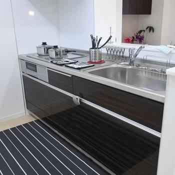 対面キッチン!しかもシンクも調理台もひろい!(※写真は2階の同間取り別部屋、モデルルームのものです)