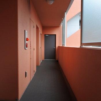 外観のオレンジは共用廊下も。