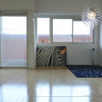 窓が沢山あって、しっかり光が入ります。(※写真は2階の同間取り別部屋、モデルルームのものです)