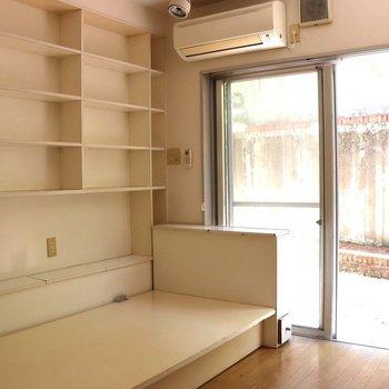 ベッドと本棚が備え付き※写真は1階の同間取り別部屋のものです