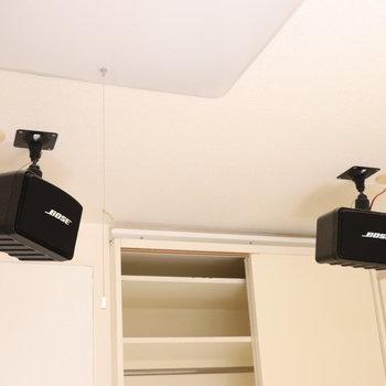 天井にはスピーカー※写真は1階の同間取り別部屋のものです