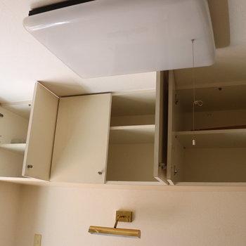 机の上には収納棚※写真は1階の同間取り別部屋のものです