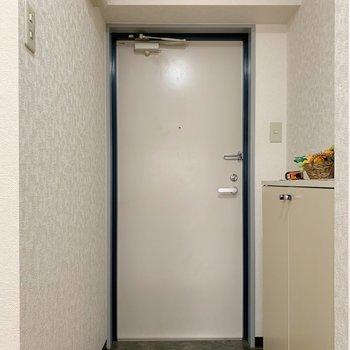 ブルーなドア枠かわいい