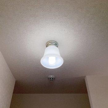 廊下にあるベルの形の照明がレトロ◎