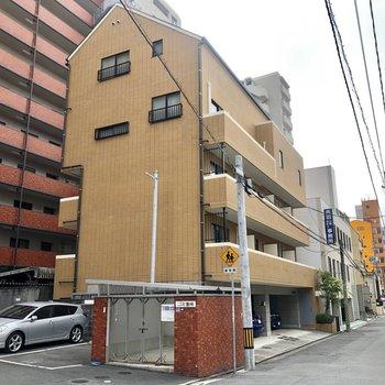 住宅街にある建物。