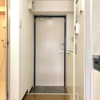 玄関はタイル張り。