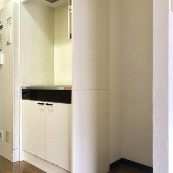 キッチンはコンパクト、横に冷蔵庫スペースは確保されていますよ。