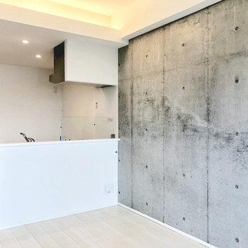 白×コンクリ(※写真は4階の同間取り別部屋のものです)