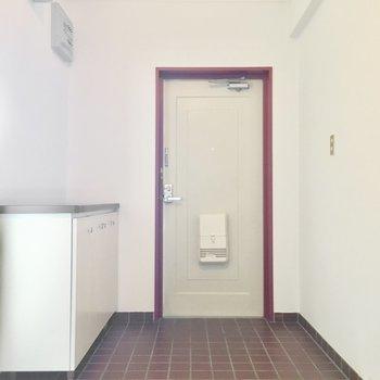 玄関はゆったりと。(※写真は1階反転間取り別部屋、清掃前のものです)