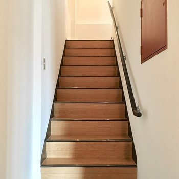 では2階へ〜(※写真は1階反転間取り別部屋、清掃前のものです)