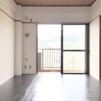 洋室①】お隣の洋室へ。エアコンもこだわりましょ。(※写真は1階反転間取り別部屋、清掃前のものです)