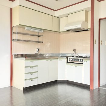 キッチンは収納たっぷり◎(※写真は1階反転間取り別部屋、清掃前のものです)