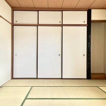 1階の和室から見ていきましょう。(※写真は1階反転間取り別部屋、清掃前のものです)